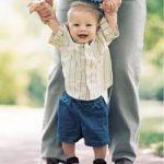Starši, ne sprehajajte svojih še nehodečih malčkov za roke!